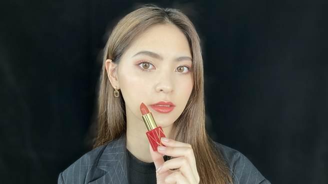 NARS推出新春限量「嫣紅綻放系列」,MODEL定妝、眼影、唇妝皆使用本系列彩妝完成。(邱映慈攝)