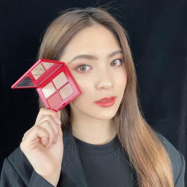 MODEL眼妝使用NARS限量嫣紅綻放4色眼彩盤。(邱映慈攝)