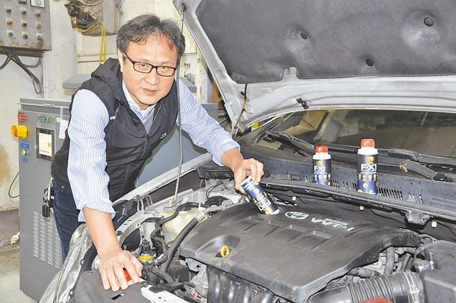 新北市公共運輸協會理事長李浩銅親自測試宏誠動力科技所推FX1太空潤滑奈米鎢。圖╱嚴強國
