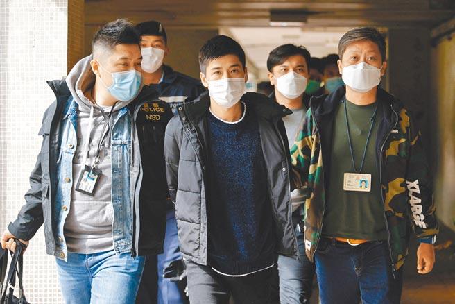 港警昨日大舉搜捕泛民派人士(見圖),並搜查3家媒體,香港國安處高級警司李桂華表示,案件涉及顛覆國家政權罪,不排除會有更多人被捕。(路透)