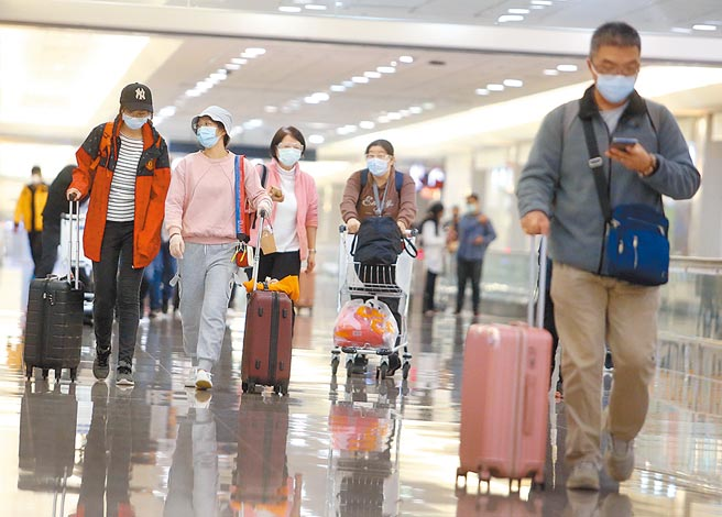 台灣新增2名英國變種病毒感染者,其中案799的70多歲阿公使用呼吸器,截至目前國內共累計4名英國變種病毒感染者。圖為桃園機場入境管制區內,一群剛下機的旅客正準備通關入境。(本報資料照片)