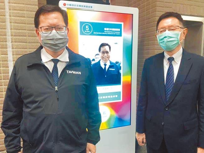 中信反毒基金會於中原大學舉辦反毒展,桃園市長鄭文燦(左)體驗互動設施。(呂筱蟬攝)