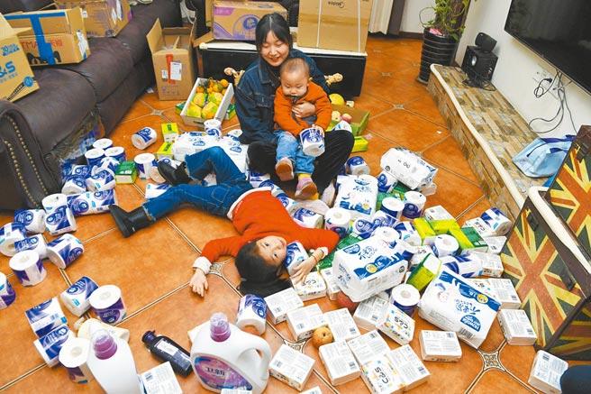 大陸二胎媽媽在雙十一期間囤貨紙巾等生活用品。(中新社資料照片)