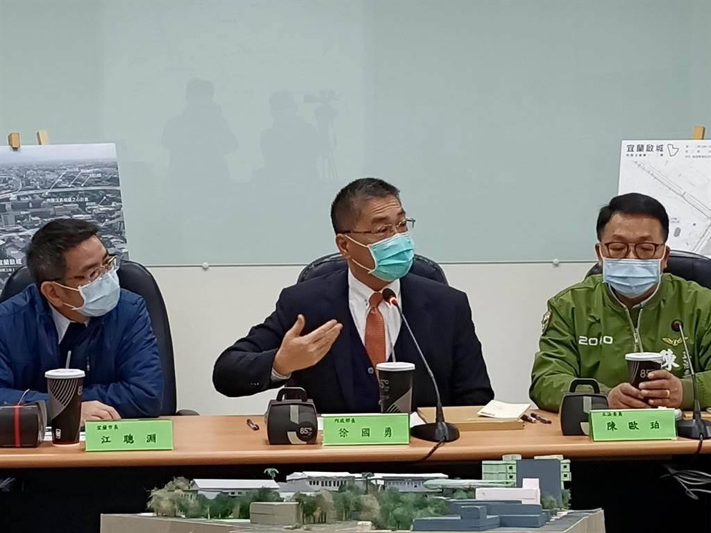 內政部長徐國勇(中)8日在宜蘭表示,美國的海上救援船隻已經出發。(胡健森攝)