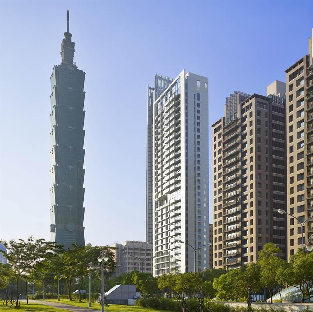 信義計劃區超豪宅「琢白」邀請紐約白派建築大師理查麥爾設計,站穩200萬身價。(慕樺廣告提供)