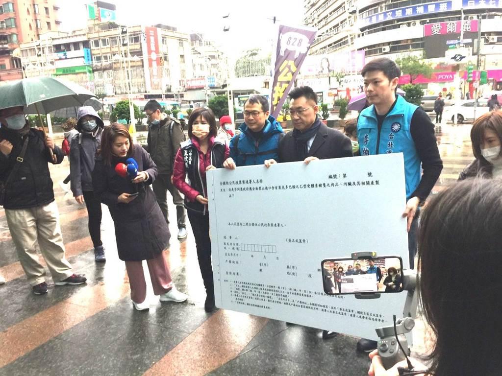 國民黨革實院長、北市議員羅智強8日推出「縱橫台北公投連署」行動,黨主席江啟臣也出席參與活動。(張立勳攝)