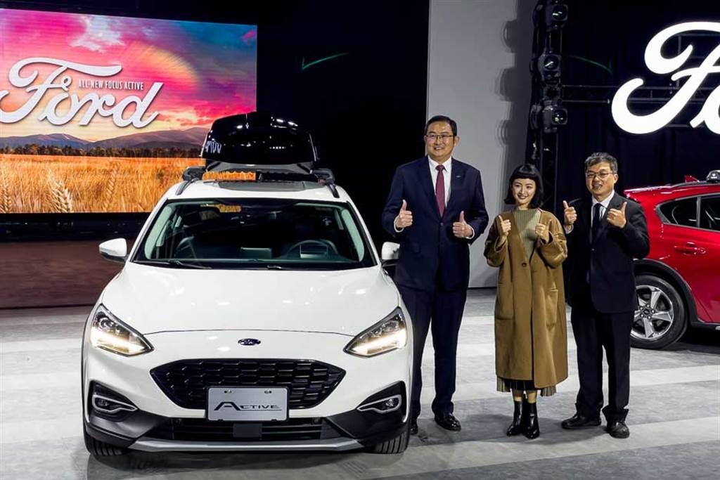 Ford再度攜手林依晨進攻跨界車款,左至右依序為福特六和總裁邴兆齊、Focus Active代言人林依晨與福特六和市場營銷處副總蘇嘉明。