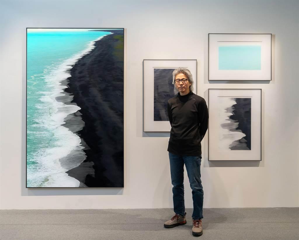 藝術家劉群群將10到20張影像結合成巨幅地景作品,配合三張局部圖,闡述自己的論述。(多納藝術提供)