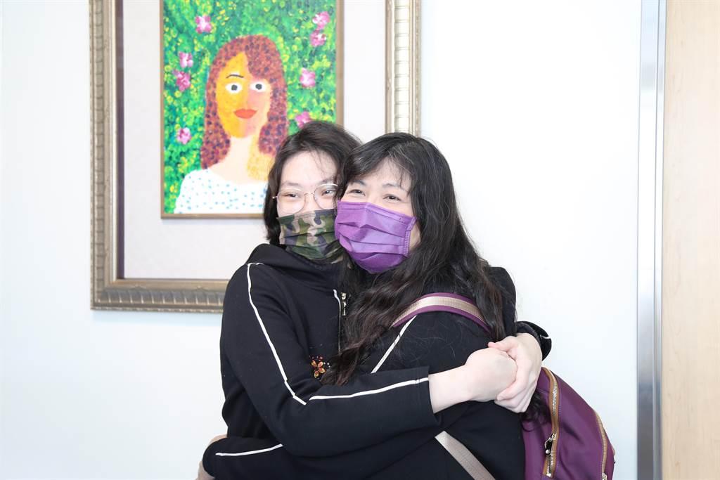作者于昕蕎與媽媽一起在以媽媽為主題,偉大的女人畫作前合照。(童綜合醫院提供)