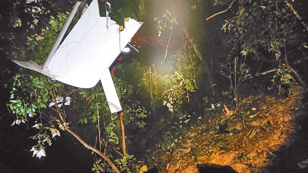 屏東一架輕航機7日下午在屏東山區失聯,消防人員晚上10時許在三地門鄉賽嘉村山區找到飛機殘骸,機上2人都已死亡。(翻攝畫面/潘建志屏東傳真)