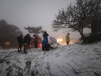 陽明山初雪來了!二子坪人車擠爆歡呼 大屯山積雪10公分