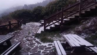 雪山下雪了! 369山莊凌晨薄雪覆蓋