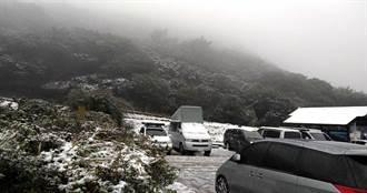 瑞雪駕到!民眾蜂擁大屯山觀景 警急疏導:車輛須加裝雪鏈才能上山