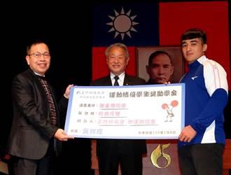 正修科大謝孟恩舉重破全國紀錄 獲10萬獎助學金