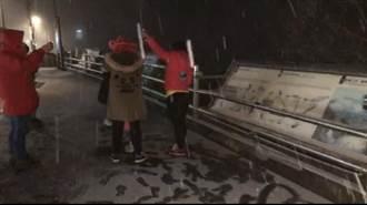 桃園台7線四稜段、巴陵派出所也下雪 遊客嗨翻天