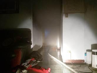 暗夜惡火竄出!基隆七堵濃煙密佈 消防局出動11車25人搶救