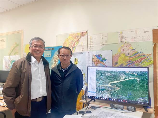 中正大學地球與科學環境系主任李元希(右)、地震所副教授石瑞銓(左)提醒民眾要有防災意識。(張亦惠攝)