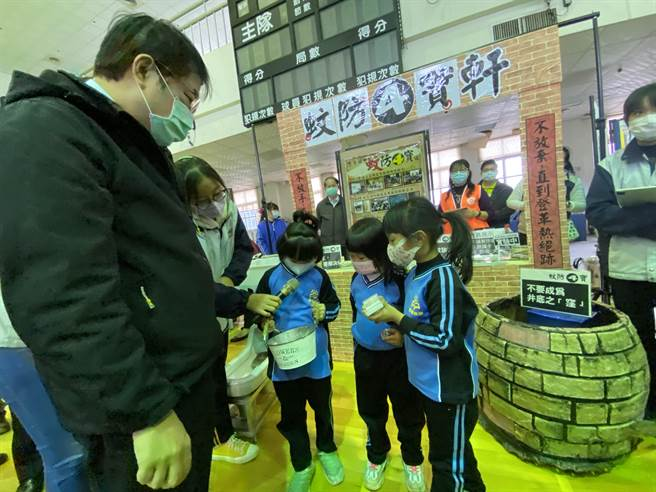 小朋友考台南市長黃偉哲孑孓生長在哪裡?互動相當有趣。(曹婷婷攝)