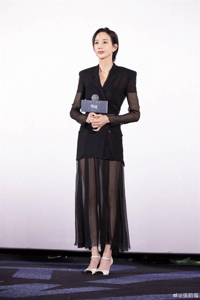 張鈞甯近日身著黑色半透視感裙裝亮相電影《緝魂》北京首映會。(圖/摘自微博@張鈞甯)