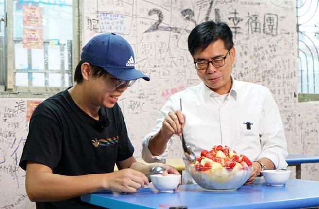 哈瑪星知名冰品受歡迎,高雄市長陳其邁日前為「高雄一百週年慶PHONE狂GO物時時抽」活動與網紅也挑戰三倍冰。(高市經發局提供/柯宗緯高雄傳真)