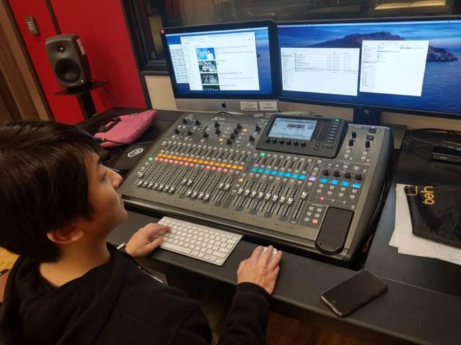醒吾科技大學斥鉅資建置專業錄音室,由玩聲樂團團長洪大為老師負責操控。 (醒吾科大提供)