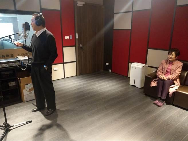 知名歌手張懸父親、前海基會副董事長焦仁和高歌《榕樹下》時,談海珠一旁款款深情凝望。(醒吾科大提供)