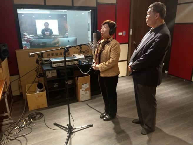 退休大使孫大成(右)形容唱好歌跟打外交一樣戰辛苦,從事教職的妻子孫素敏更緊張的說:「這次進錄音室挑戰,是冒著生命危險!」(醒吾科大提供)