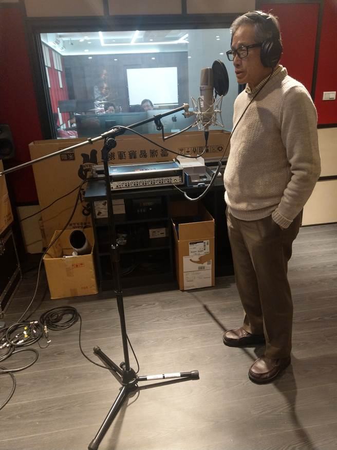 前外交部長歐鴻鍊選唱客家老歌《一生何求》,歌聲悠揚頗有客家歌手架勢。(醒吾科大提供)