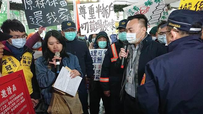 台南市交通局長王銘德(持麥克風者)現場回應黃春香支持者問題。(程炳璋攝)