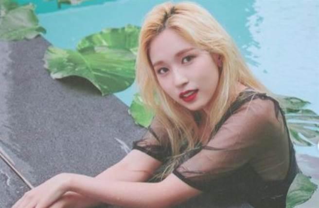 TWICE官方頻頻在IG上曬出日籍成員Mina的寫真圈粉,引起網友們熱烈討論。(圖/IG@official.twice)