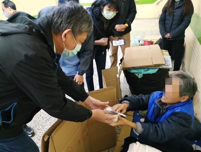 台中市社會局長彭懷真(左)關懷街友,發放熱紅豆湯、暖暖包、毛帽等禦寒物資。(盧金足攝)
