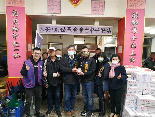 台中市社會局長彭懷真(左三起)、市議員張彥彤發放熱湯和禦寒物資,提醒街友做好保暖。(盧金足攝)