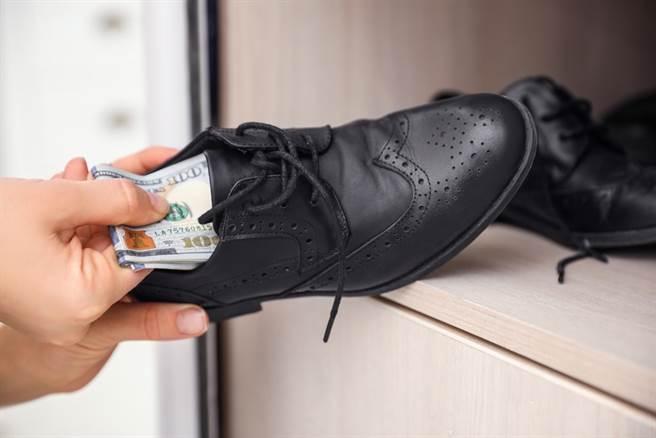 兒子走路怪怪的 他下秒翻遍老婆鞋底搜出12萬