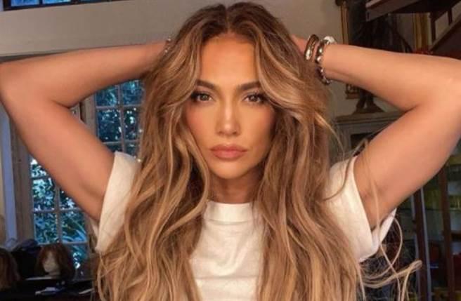 美國拉丁天后珍妮佛羅培茲(Jennifer Lopez)近日曬出比基尼火辣影片,大秀蜜桃臀。(圖/IG@jlo)