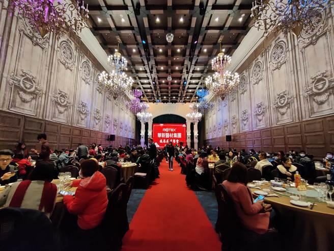 董事長鄭永柱體恤員工,為了感謝他們這一年來的辛苦,尾牙辦在號稱全彰化最高檔的餐廳,每桌要價萬元。(吳建輝攝)