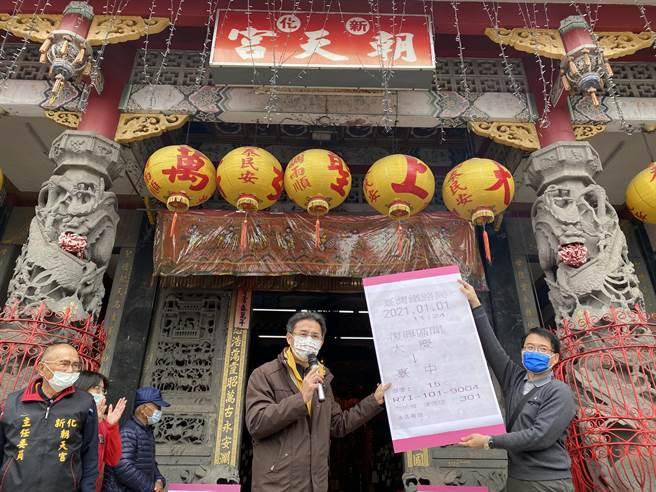台南市新化高中校長許宏明(右二)帶400多名高三生至朝天宮參拜祈求考運亨通。(劉秀芬攝)