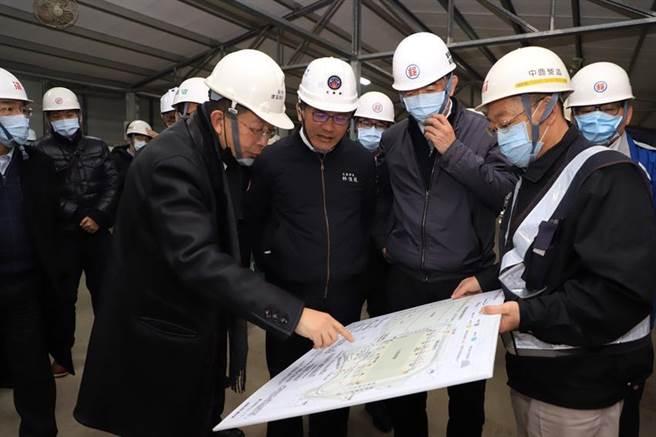 交通部部長林佳龍一行於8日上午赴郵政物流園區現地視察工程進行情形,各棟建物將於2021年底陸續完工後啟用,全區預計於2025年起啟用營運。(圖/中華郵政公司提供)