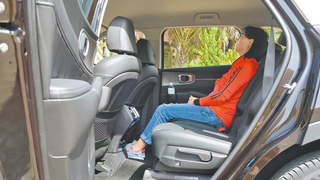 試駕車最大亮點當屬第二排尊榮獨立座椅,圖中可見其相當寬裕的頭部和腿部空間。圖/于模珉