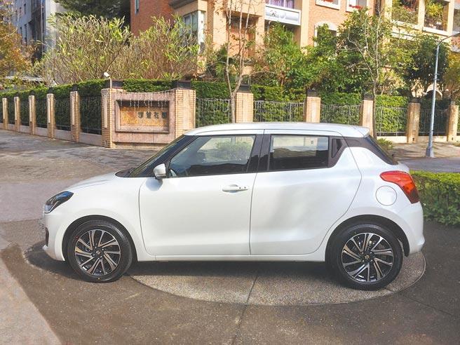 車側最可全覽全新鈴木SWIFT的動感線條。新車標配16吋雙色調鋁圈。圖/于模珉