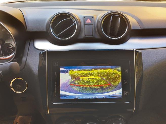 多功能中央觸控螢幕除可支援Apple CarPlay或Android Auto,還兼具倒車顯影功能。圖/于模珉