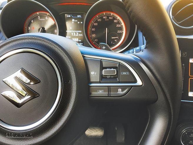 多功能方向盤右側之ACC主動車距巡航系統控制鍵。圖/于模珉