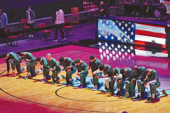 NBA塞爾提克球員在對熱火賽前演奏國歌時,在場中下跪抗議川普支持者衝入美國國會的暴力行為。(路透)