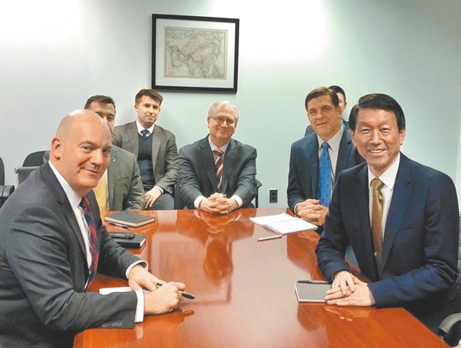 前美國眾議員沃爾夫呼籲美國政府再以「乒乓外交」方式,與台灣進行密切會談以促進美台關係「更加正常化」。圖為美國務院政軍局助卿古柏(左)與我前參謀總長李喜明2019年會談照片。(摘自R.Clarke Cooper推特)