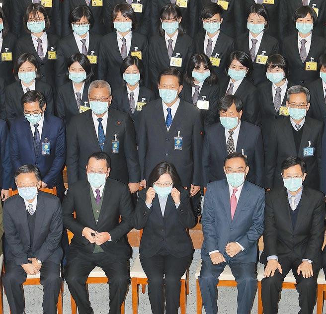 蔡英文总统(前排中)7日出席「法务部调查局第57期调查班结业典礼」,提出三个「务必」期许结业学员,并与学员一起合影。(刘宗龙摄)