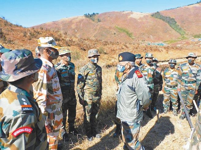 印軍將領視察邊境部隊。(取自印度武裝部隊官方推特)