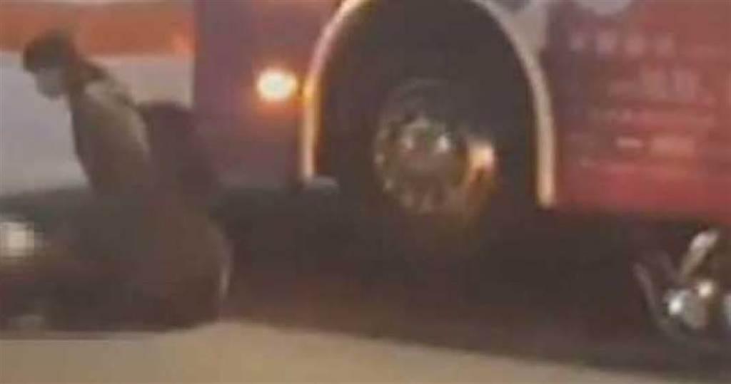 新北市2名長庚醫學系女大生2017年9月騎乘機車,卻遇上計程車占用公車停靠區,為了閃公車她們變換車道卻遭大貨車撞上1死1傷,小黃運將被判1年2月,全案定讞。(圖/翻攝報系資料照)