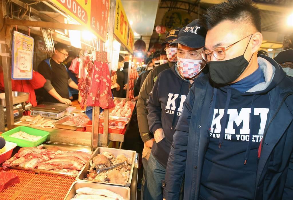國民黨主席江啟臣(右一)及前總統馬英九(右二)9日合體走訪中壢傳統市場,實際了解豬肉銷售狀況,並呼籲民眾參與反萊豬和公投綁大選2項公投連署。(范揚光攝)