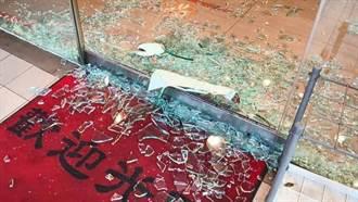 碰!疑內外溫差大披薩店玻璃門自爆 幸無人受傷