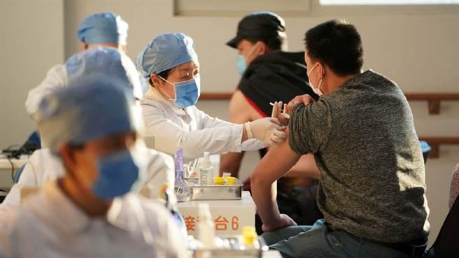 北京首批接種國藥疫苗,目前尚無嚴重不良反應報告。(圖/北京日報)