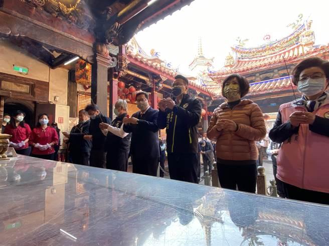 桃園市長鄭文燦9日到位於台中東區的樂成宮參香。(馮惠宜攝)